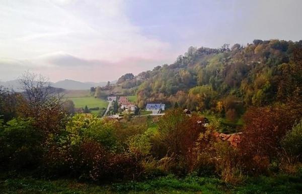 Obronak  Magdalene gledan s Korundovog brega. Oko kuće s plavim krovom nalazi se jedan dio nekadašnjeg a i sadašnjeg grunta Lončarića.