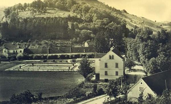 Pogled na stari centar Toplica. Iza stare škole na današnjoj autobusnoj stanici i prvog (malog) Mihunovog bazena, nalazi se kompleks uz Topličinu sa Štakor-barom, starom kuglanom i ex-Frajmanovom gostionicom. Hotela još nema kao ni Rudarskog doma.