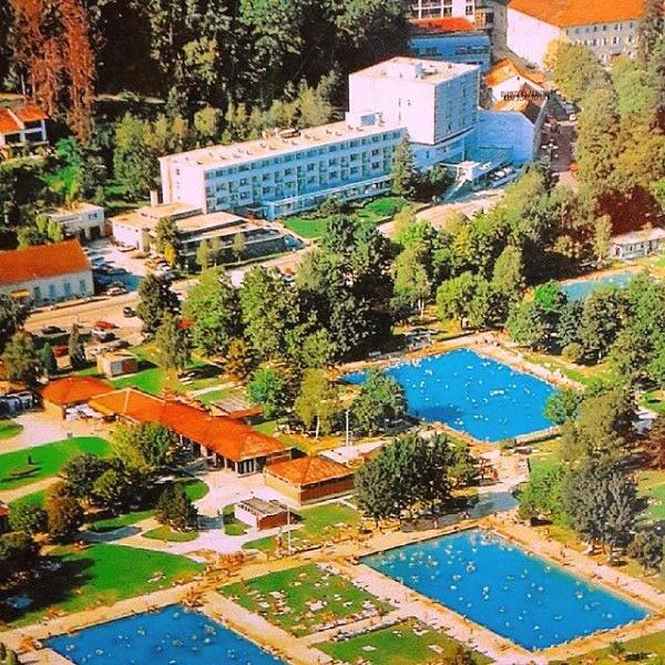 Ova slika topličkih bazena iz sedamdesetih je zgodna, ali ni izbliza ne ilustrira gužvu opisanu u priči. Vjerojatno je fotkano radnim danom ili u predsezoni. :)
